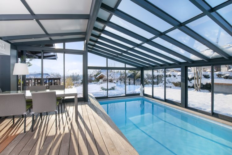 Véranda pour piscine : profitez de la baignade toute l'année !